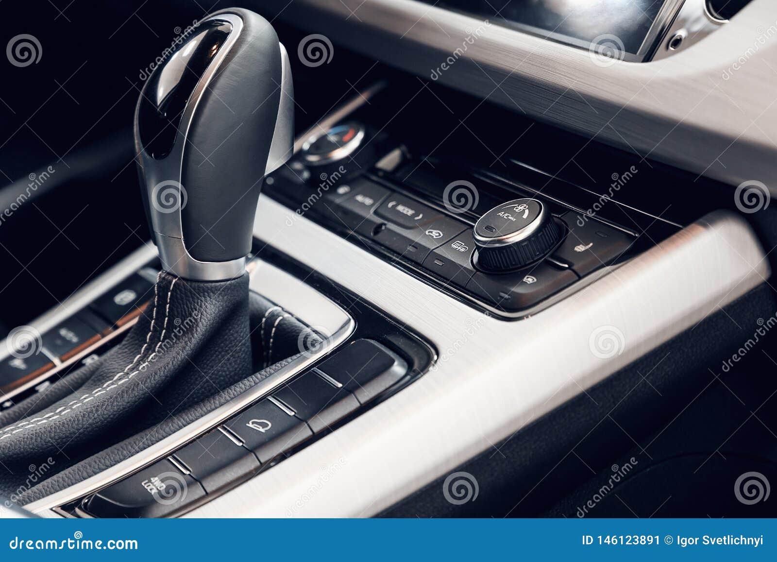 Betingande knapp f?r luft inom en bil Klimatkontrollenhet i den nya bilen