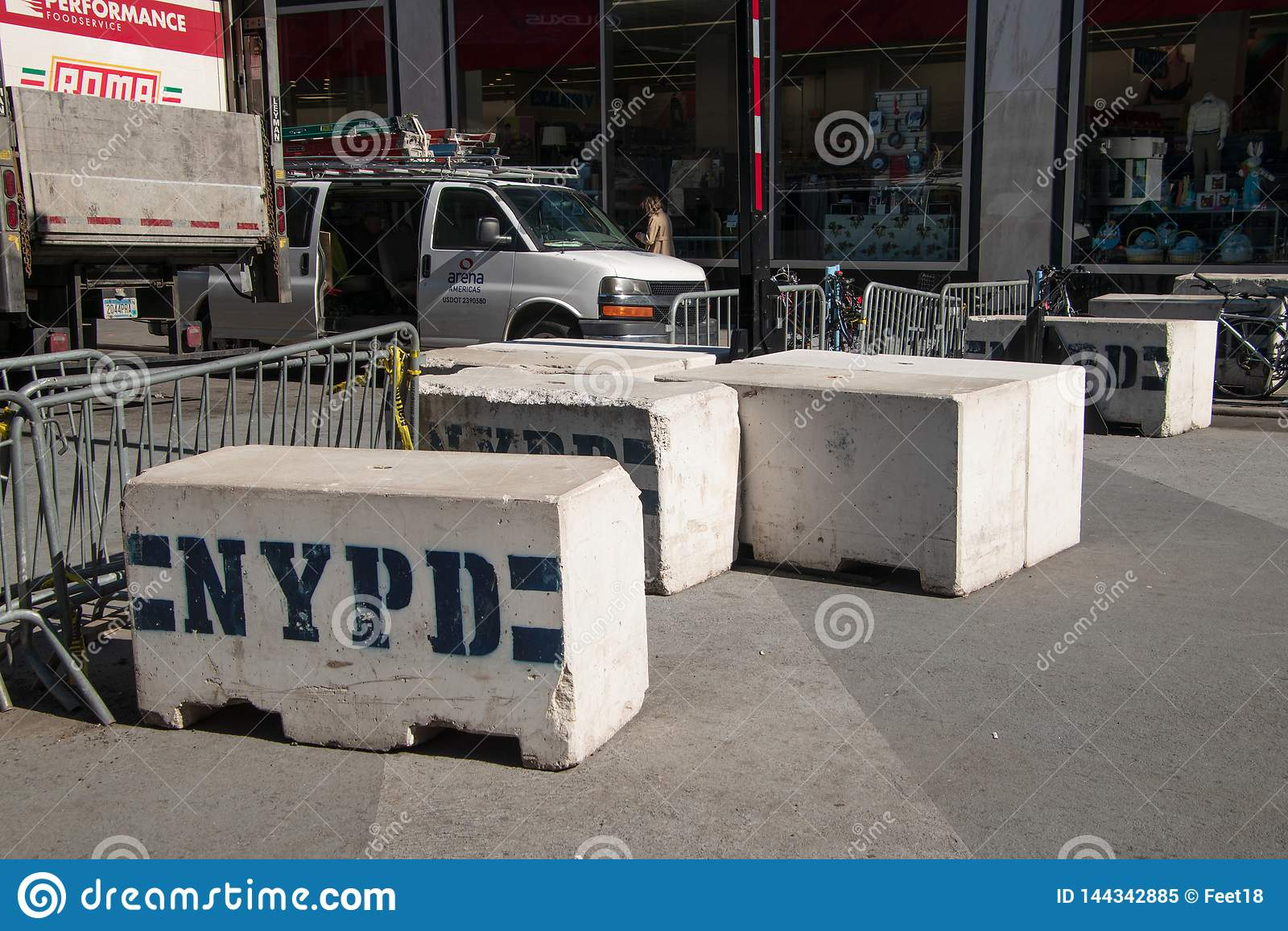 Beton und Metallnypd-Straßenbarrikaden auf einer Straße Manhattans New York nahe einem Polizeirevier