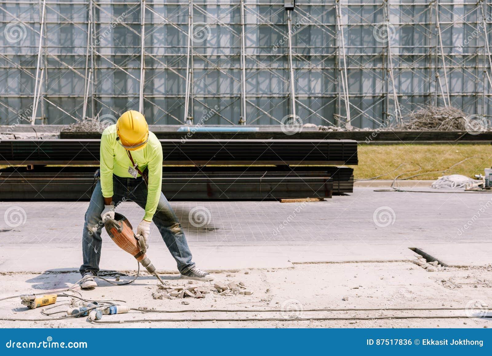 Betong för borrande för elektrisk drillborr för byggnadsarbetare som in malas