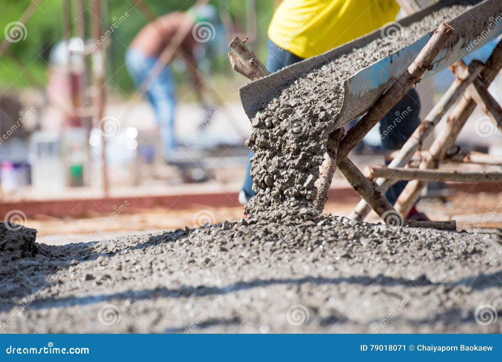 Betonowy dolewanie podczas reklamy betonuje podłoga budynek