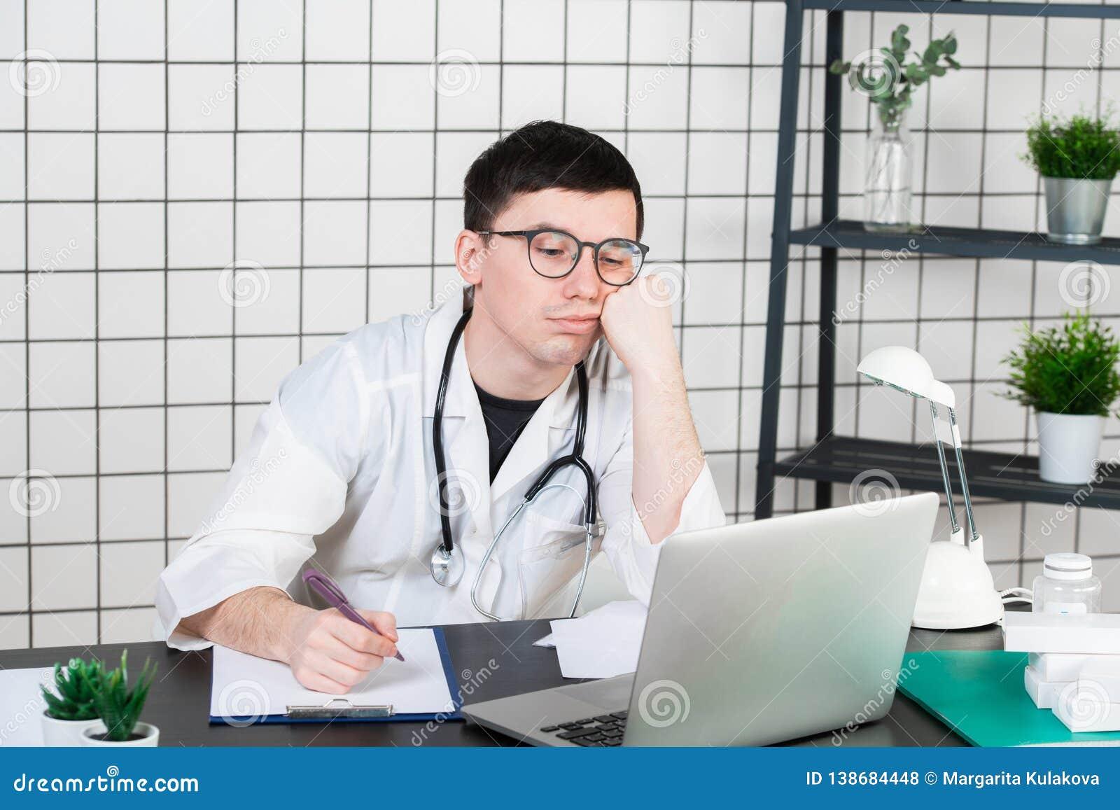 Betonter Doktor in der Klinik unter Druck Fehlverhalten, Behandlungsfehler und Fehler oder Nachlässigkeit Arbeitsplatzeinschüchte