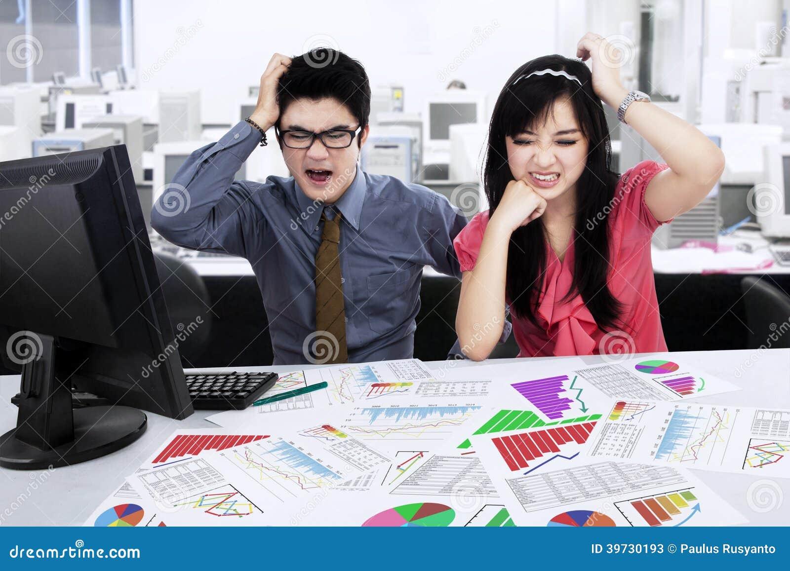Betontes businessteam, das Geschäftsdiagramm analysiert