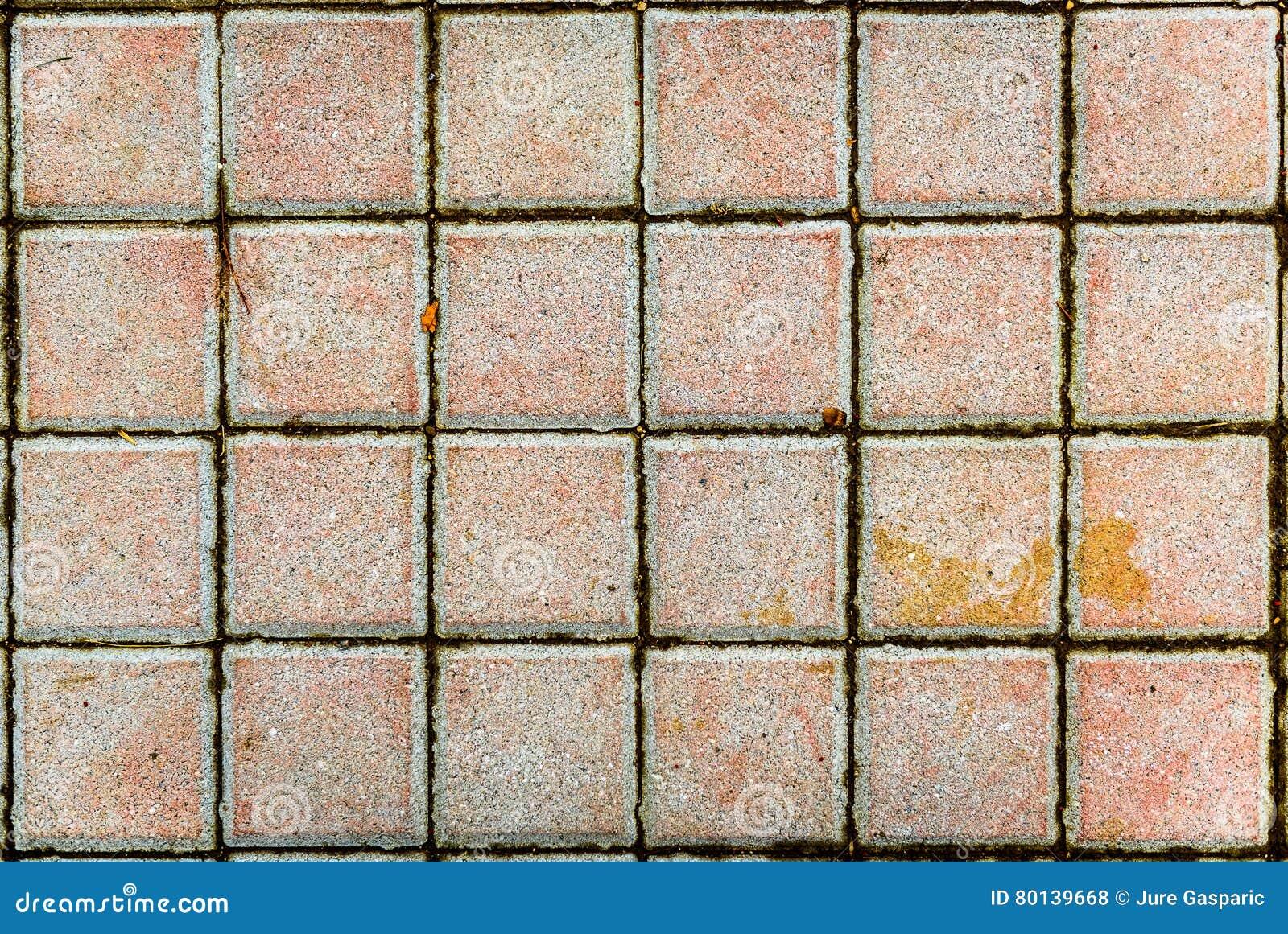 Betonuje bruków kamienie lub brukuje szare cegiełki lub