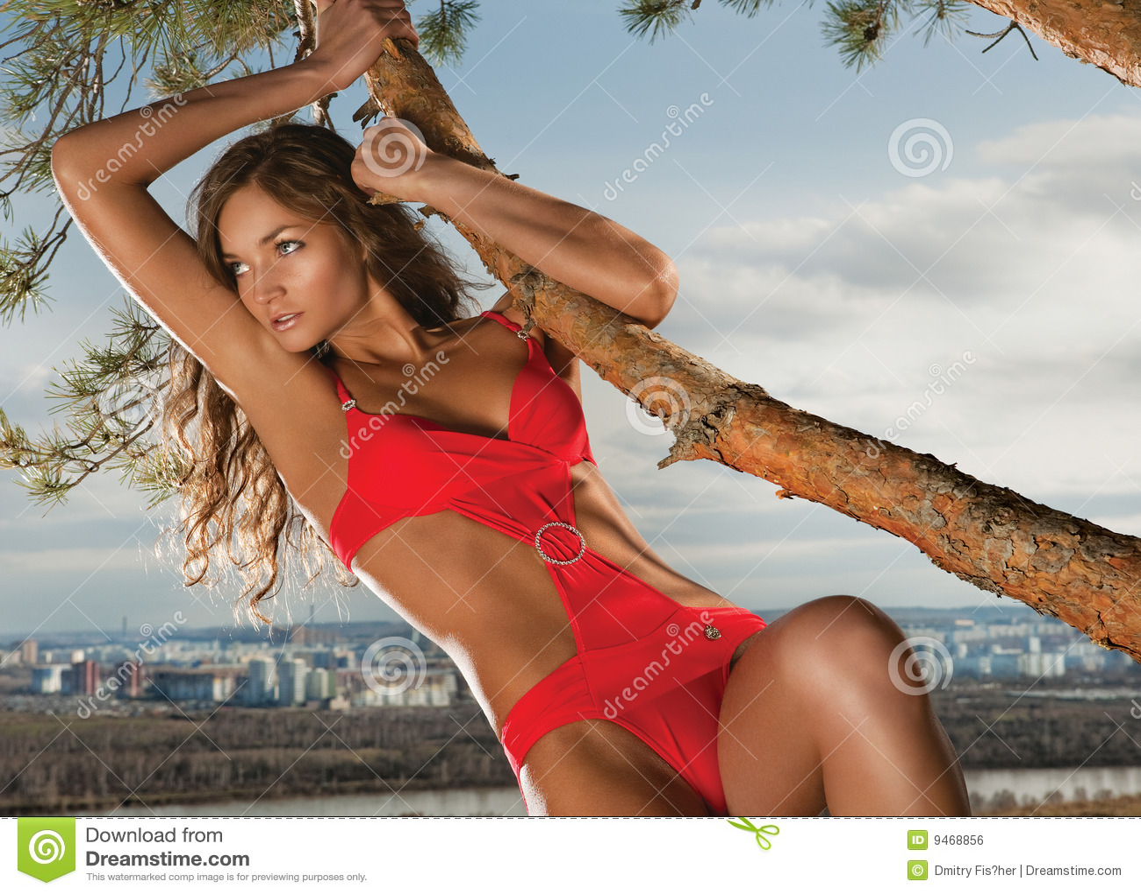 Betoverende vrouw en boom