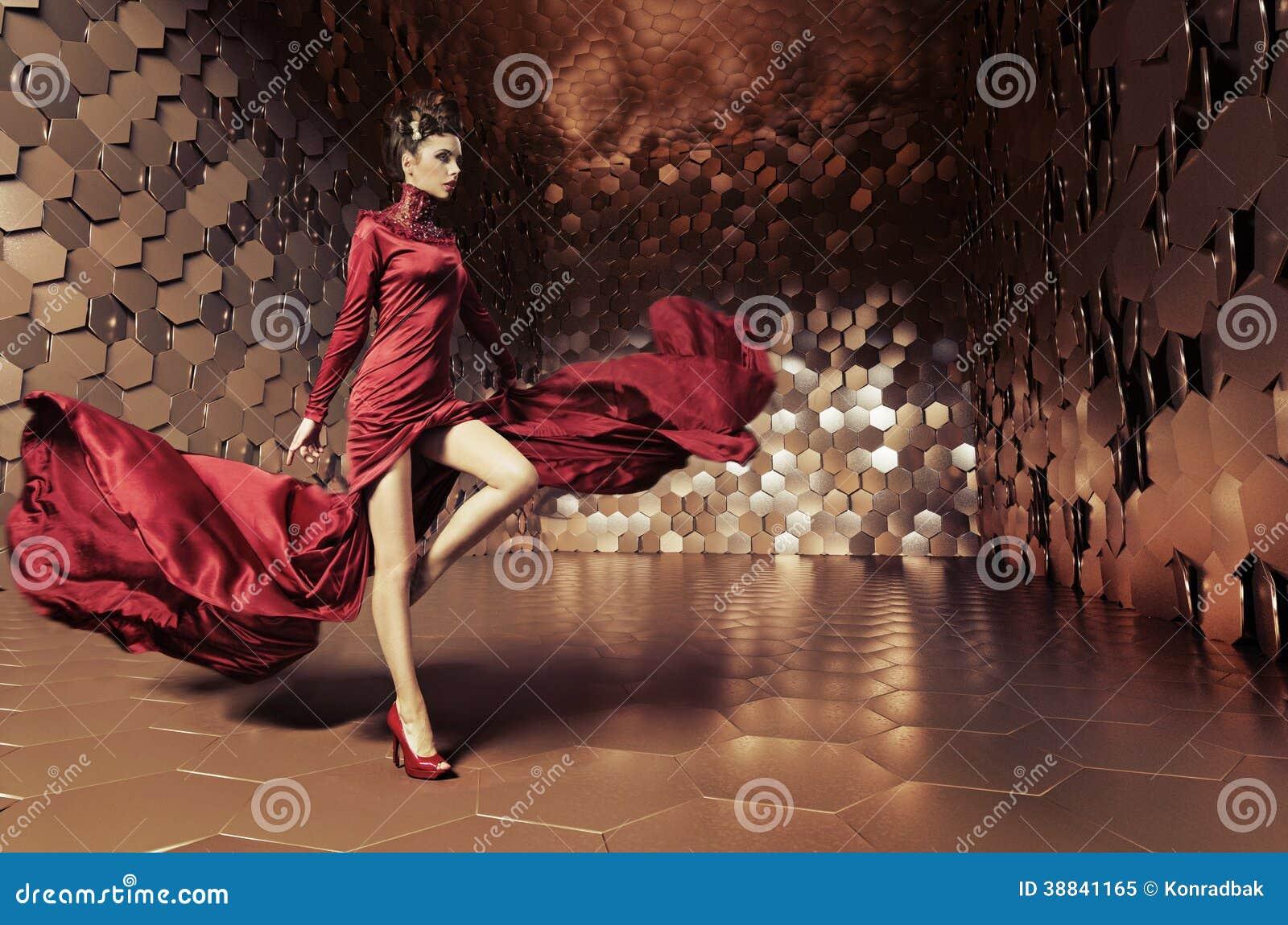 Betoverende vrouw met golvende kleding