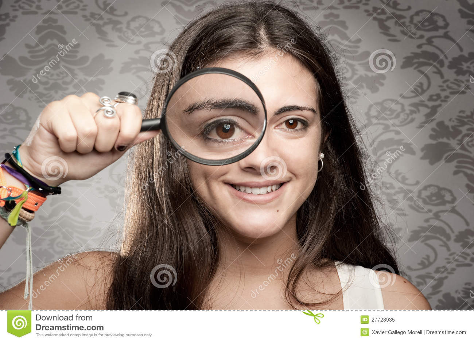 Betrachten der Kamera durch Vergrößerungsglas