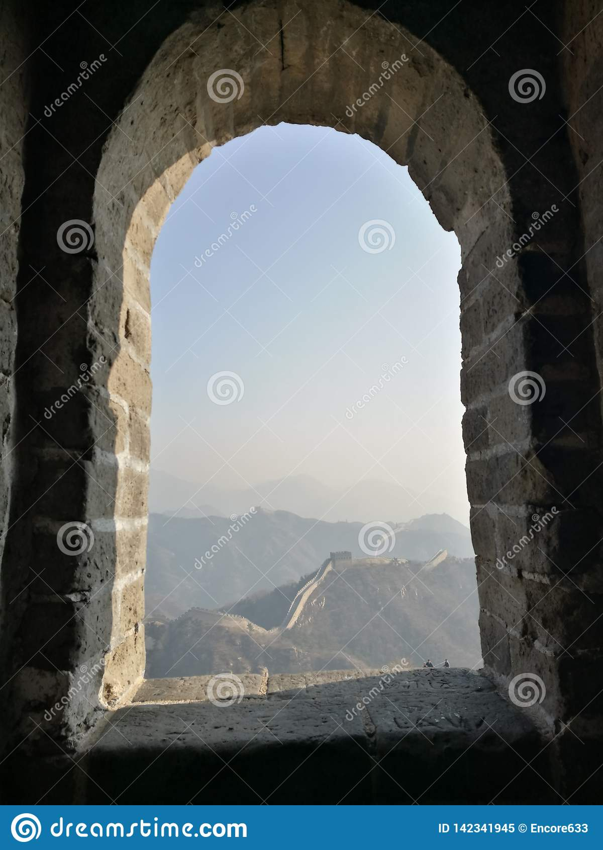 Betrachten Sie die Chinesische Mauer durch das Fensterloch