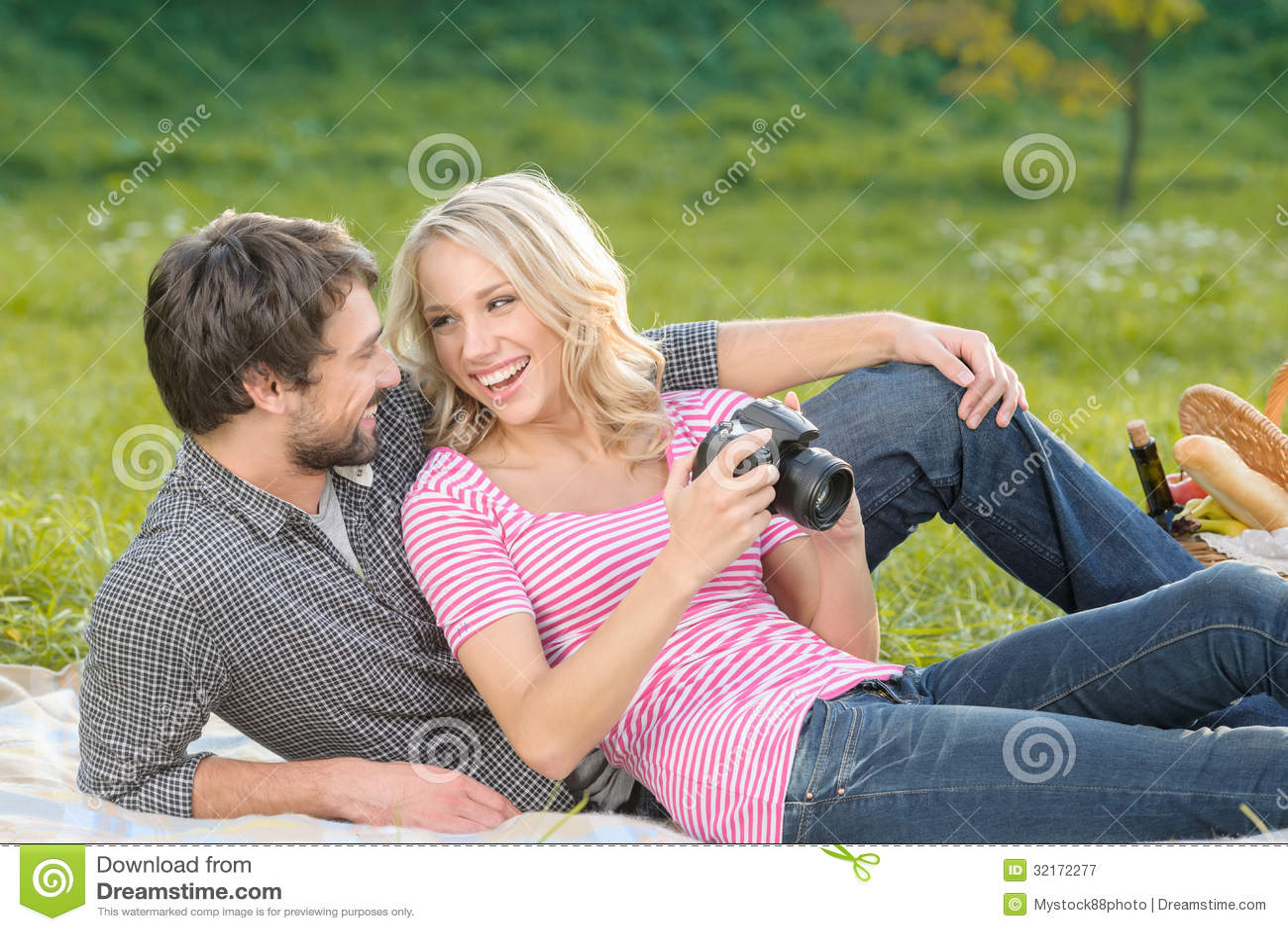 Betrachten Sie dieses Foto! Liebevolles junges Paar betrachtet das photog