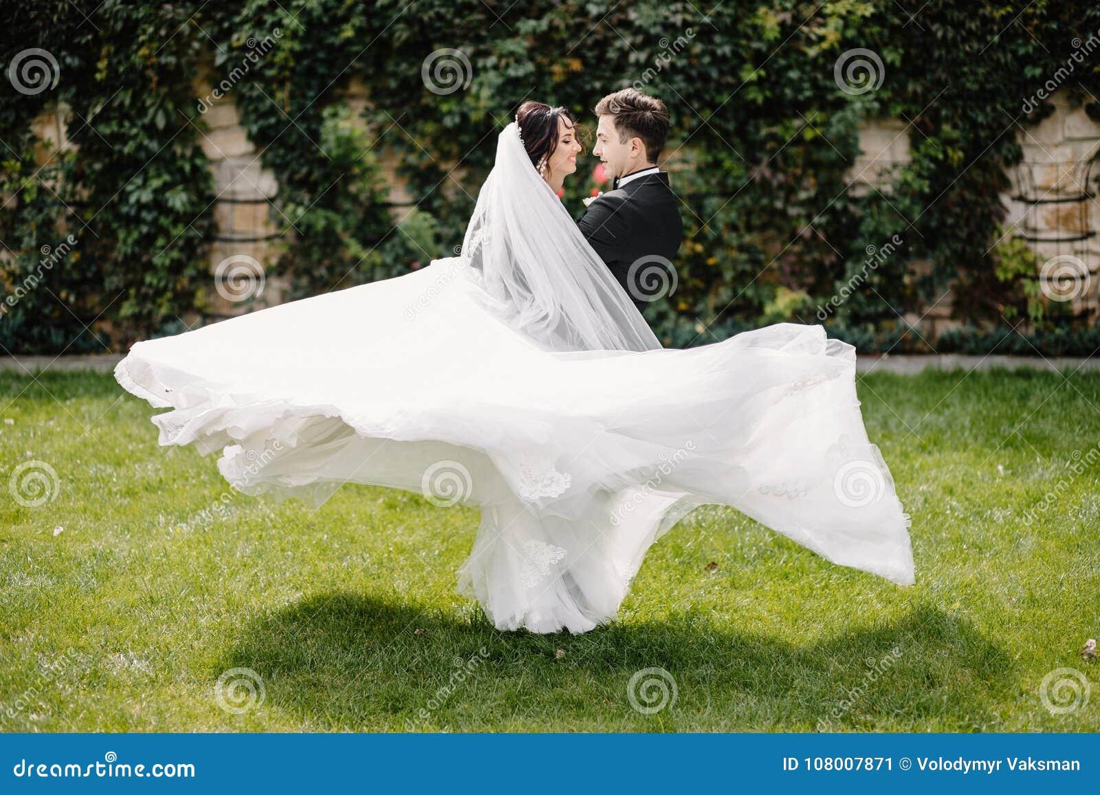 Betrachten Sie von oben genanntem den schönen Hochzeitspaaren, die im eveni küssen