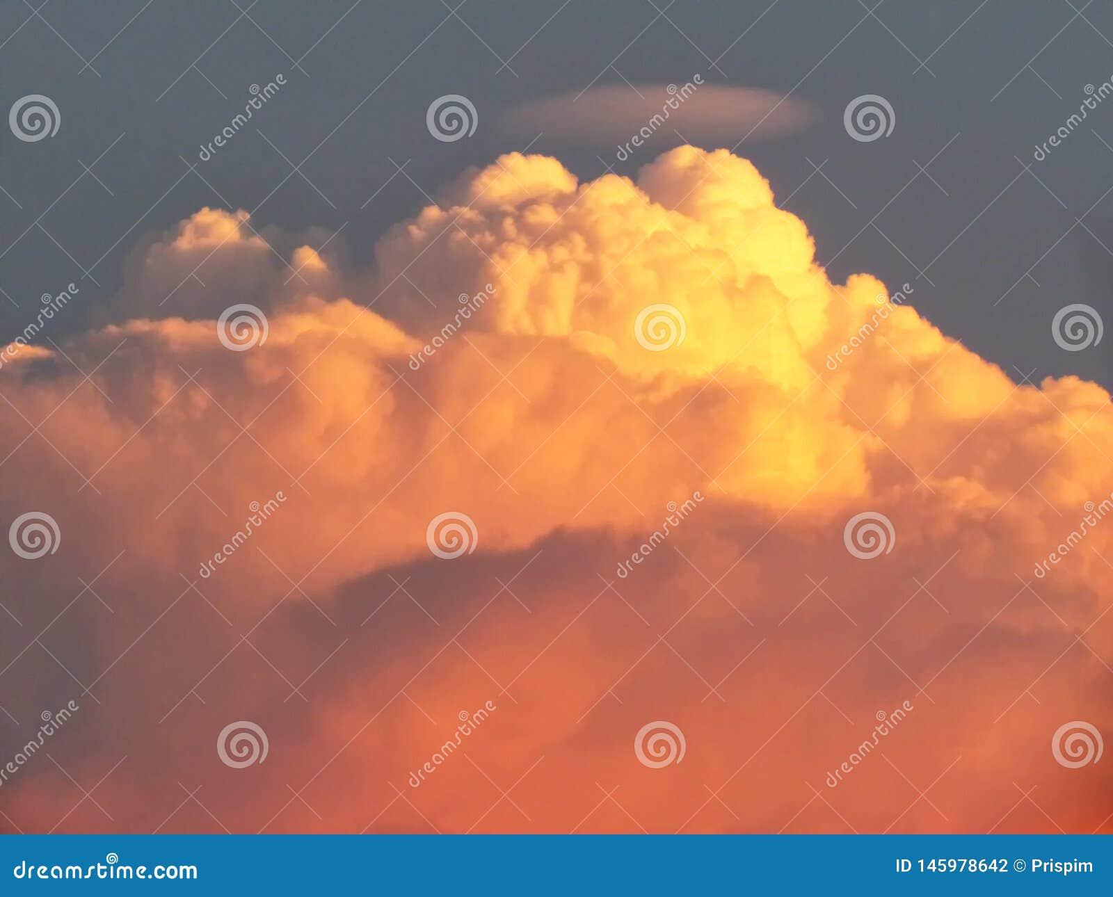 Betrekt gestapelde lagen worden gevormd door de verbeelding in de hemel