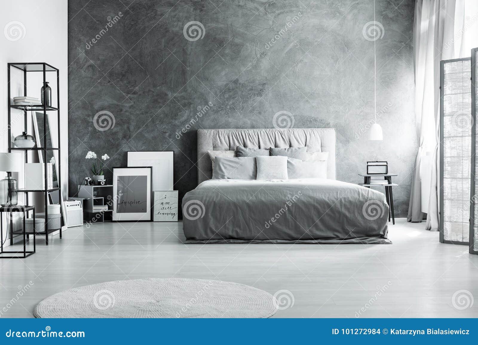Bett Gegen Dunkle Strukturierte Wand Stockfoto Bild Von Strukturierte Bett 101272984