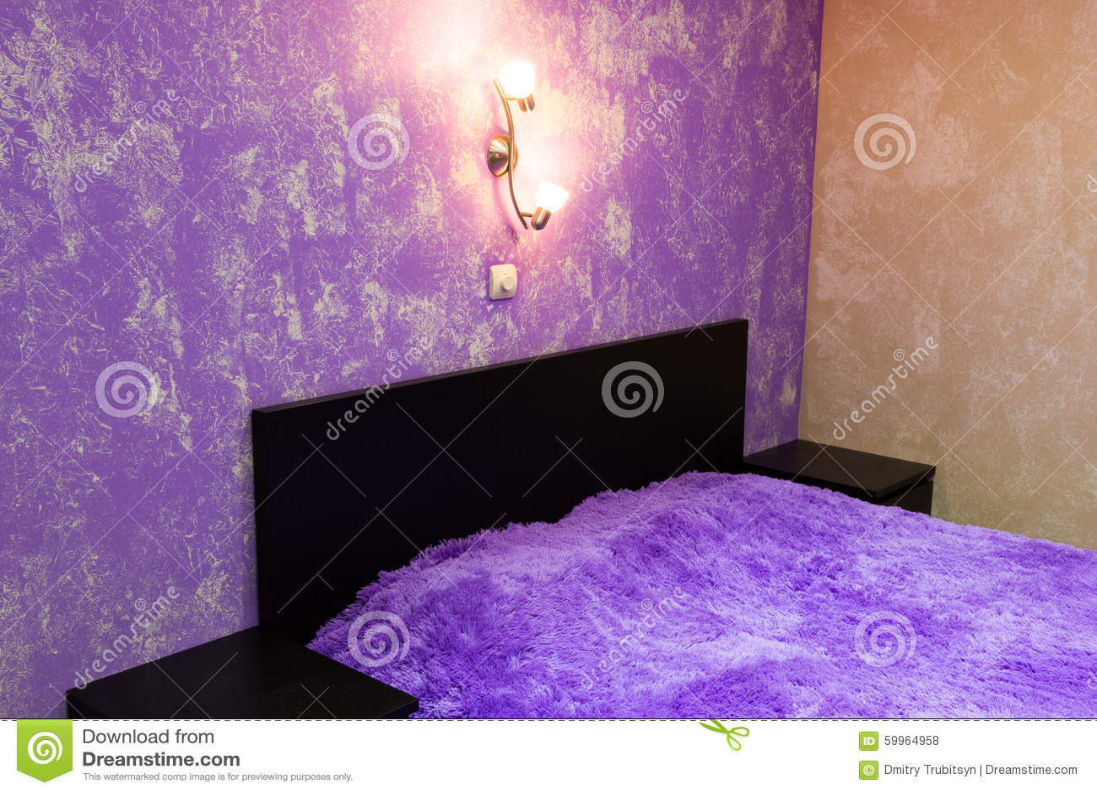 Bett Im Schlafzimmer In Den Schatten Der Flieder Stockfoto - Bild ...
