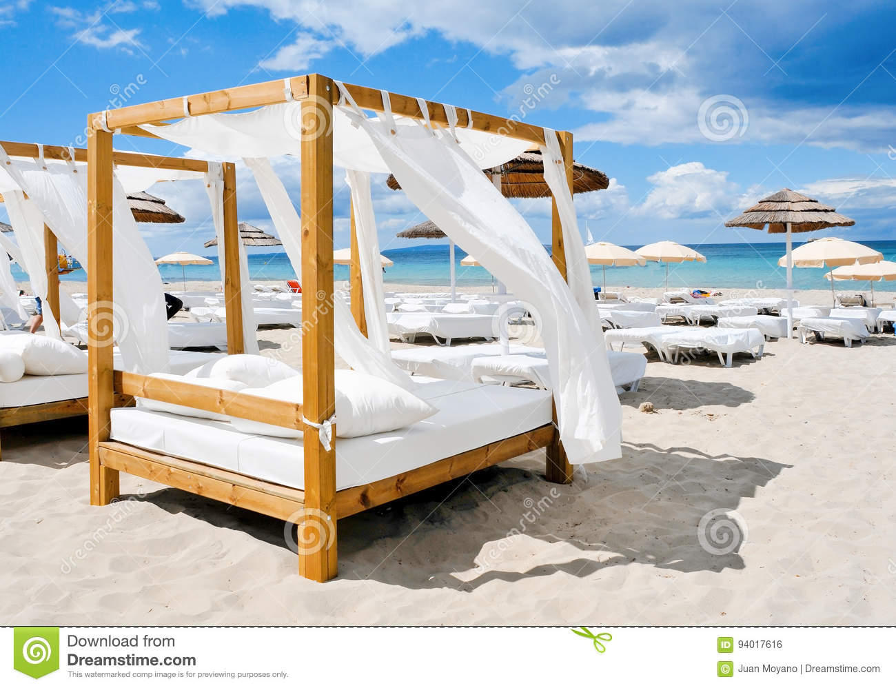 betten in einem strand schlagen in ibiza spanien mit einer keule stockfoto bild von sommer. Black Bedroom Furniture Sets. Home Design Ideas
