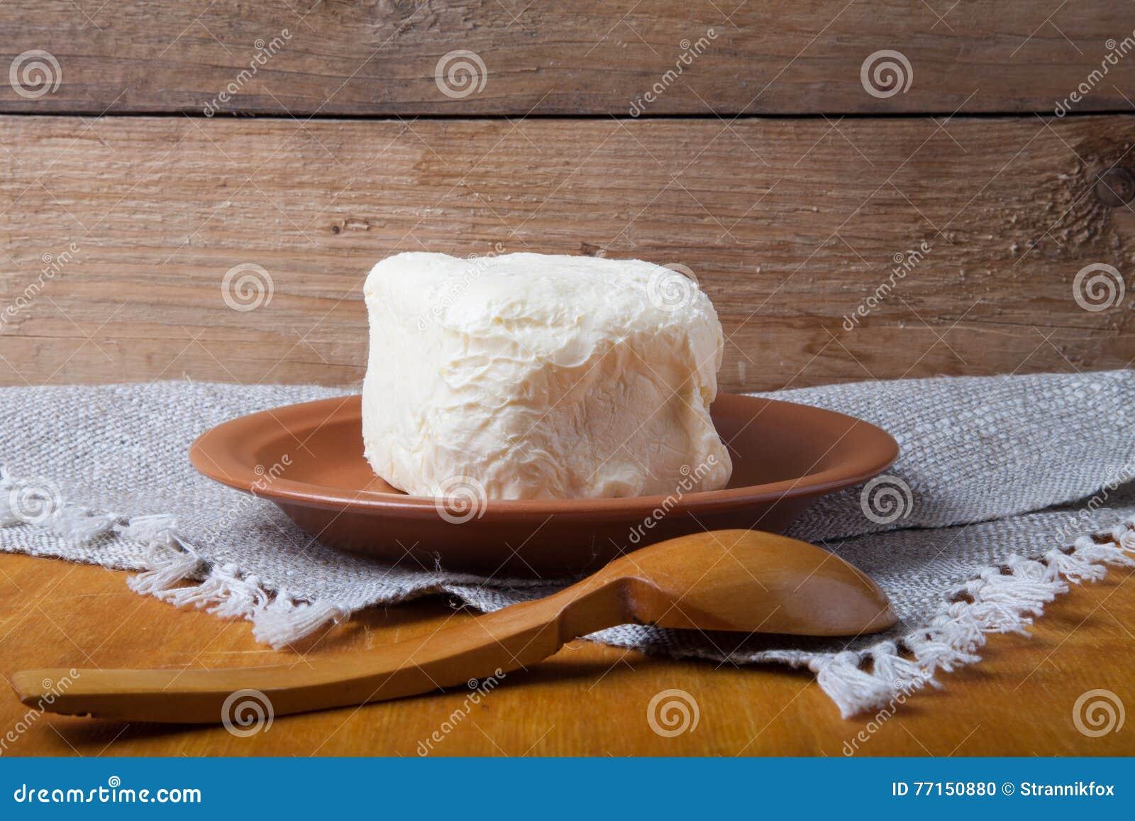 Beurrez du plat, du pot d argile et de la cuillère sur la serviette de toile Stil rustique