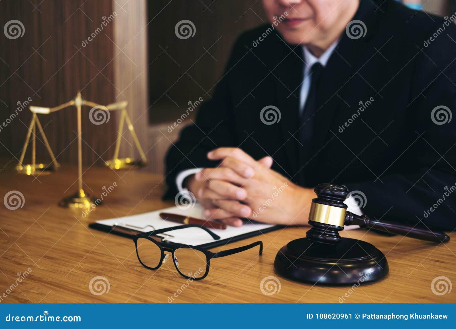 Beurteilen Sie Hammer mit Gerechtigkeitsrechtsanwälten, Geschäftsmann in der Klage oder Rechtsanwalt