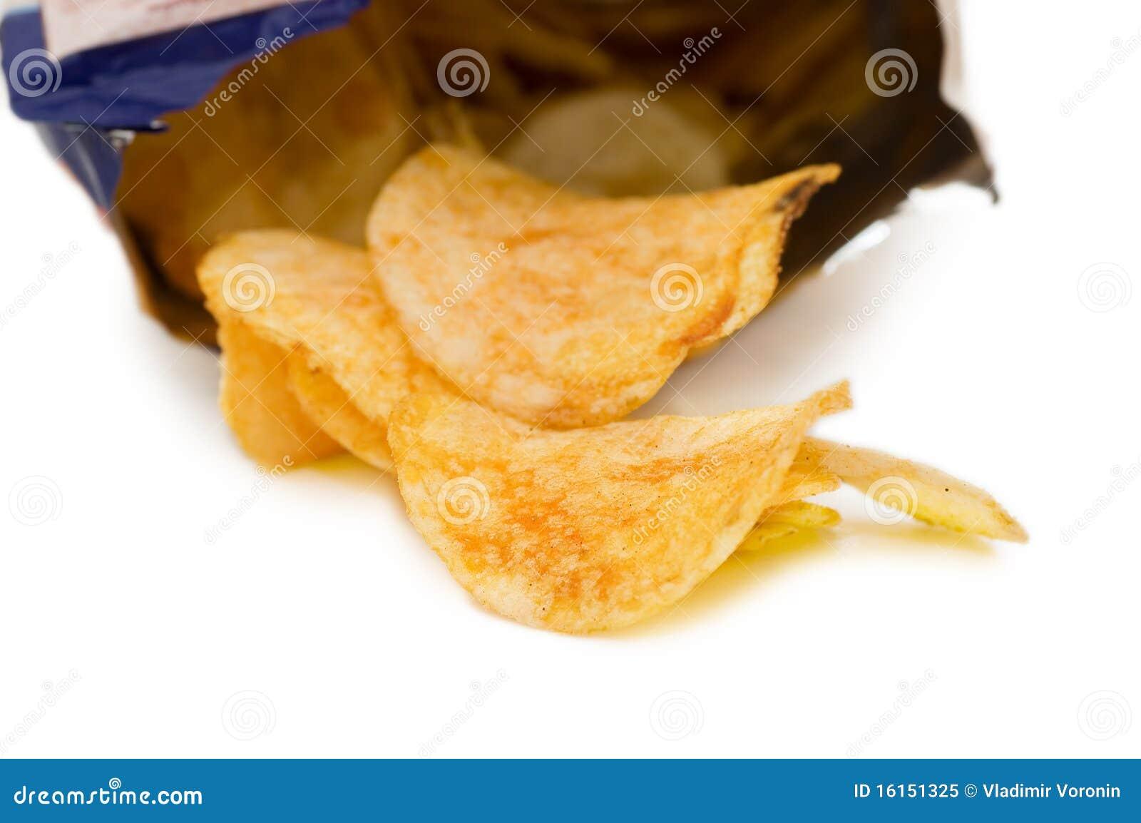 Beutel der Kartoffelchips, getrennt auf Weiß