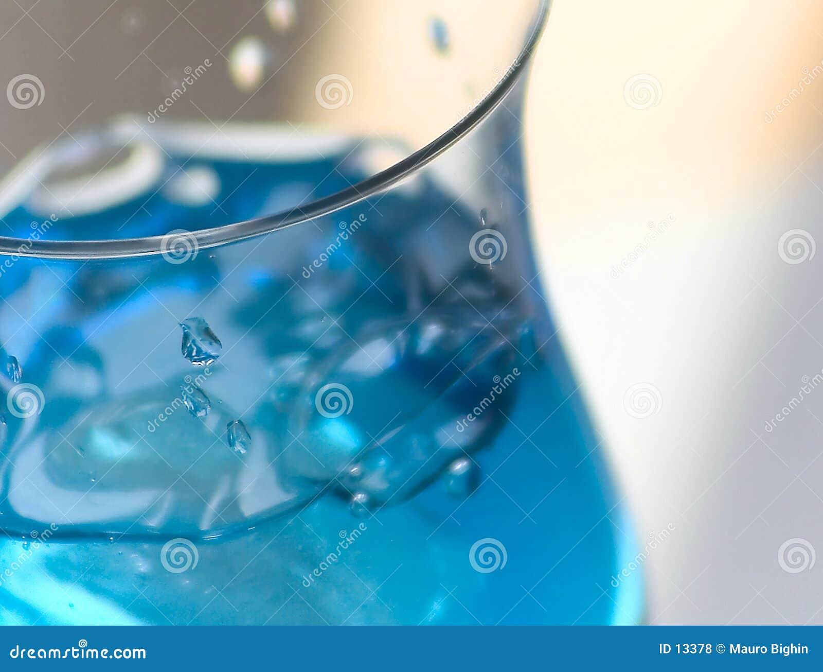 Bevanda blu con ghiaccio