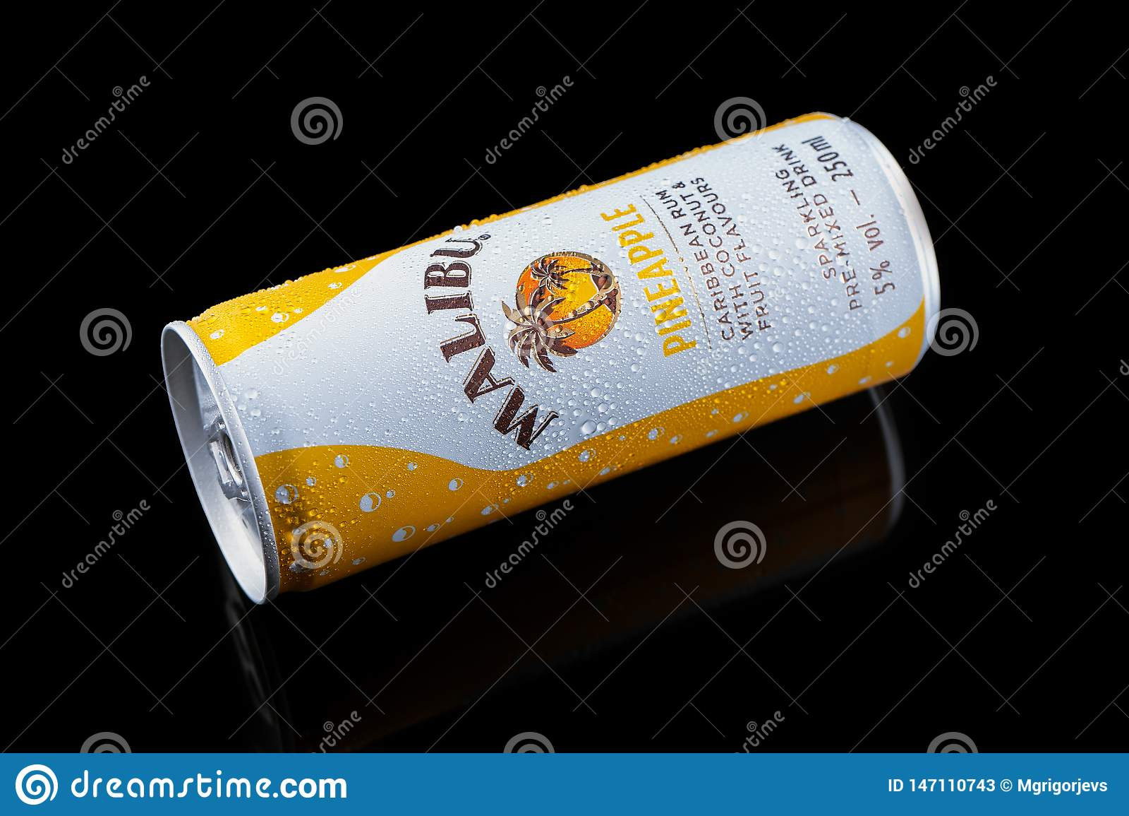 Bevanda del pineaple di Malibu, cocktail della bevanda alcolica in latta di alluminio su fondo nero, Devon, Regno Unito, il 26 no