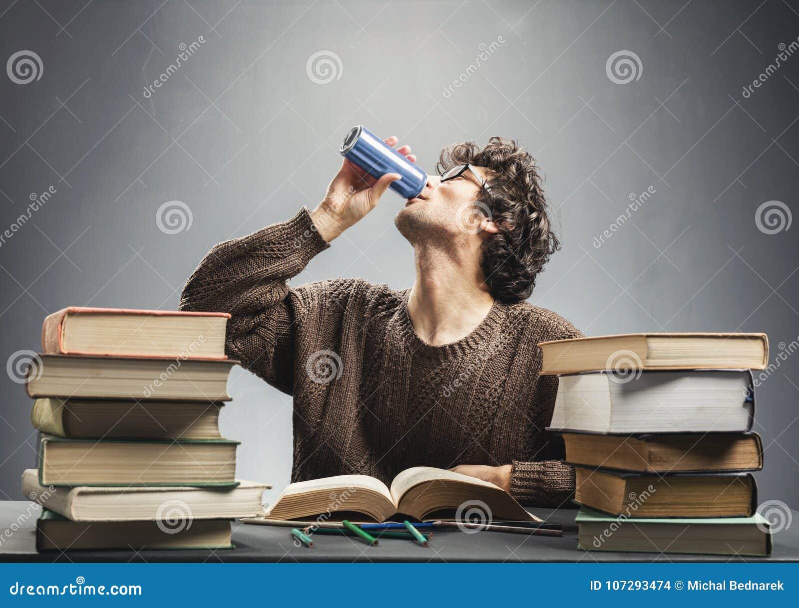 Bevanda di studio e bevente del giovane di energia