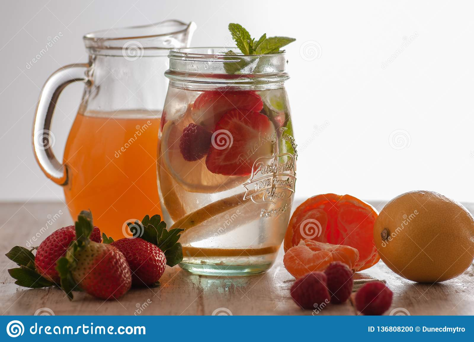 Bevanda fresca con le fragole, il limone e la menta