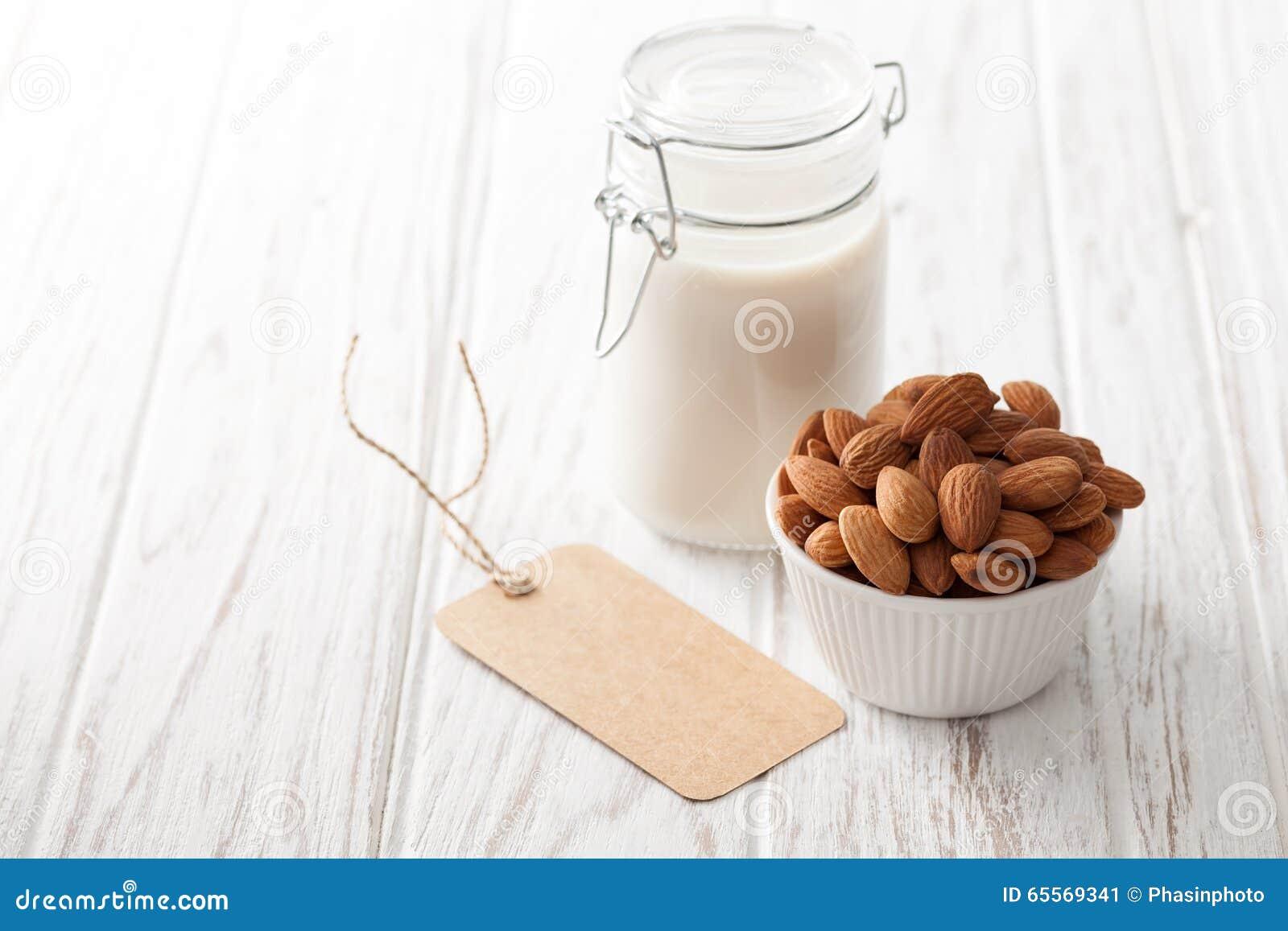 Bevanda vegetariana del vegano in buona salute organico del dado del latte della mandorla