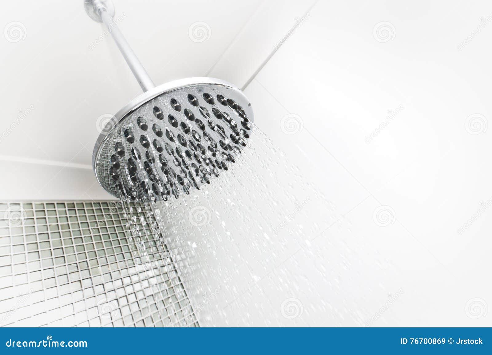 Bevattna strömmar från en runda och försilvra nära övre för dusch