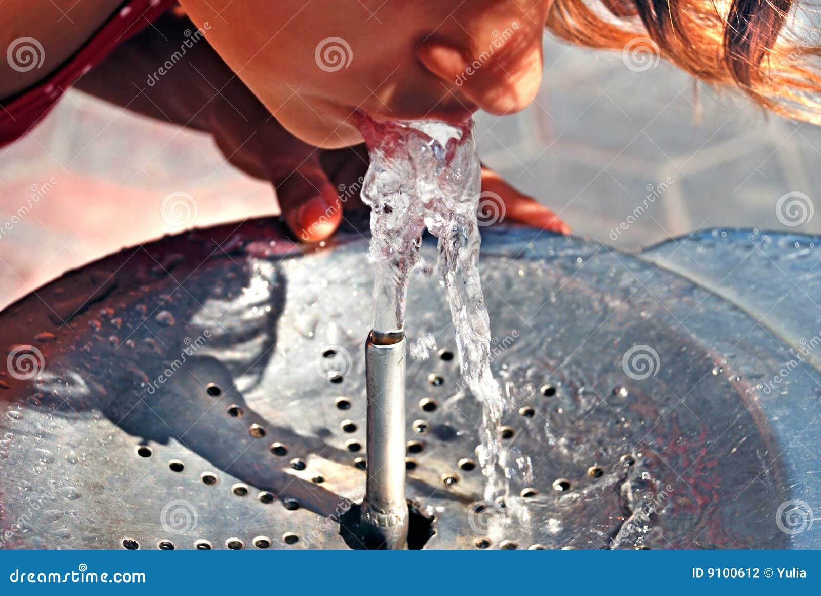Bevendo dalla fontana di acqua