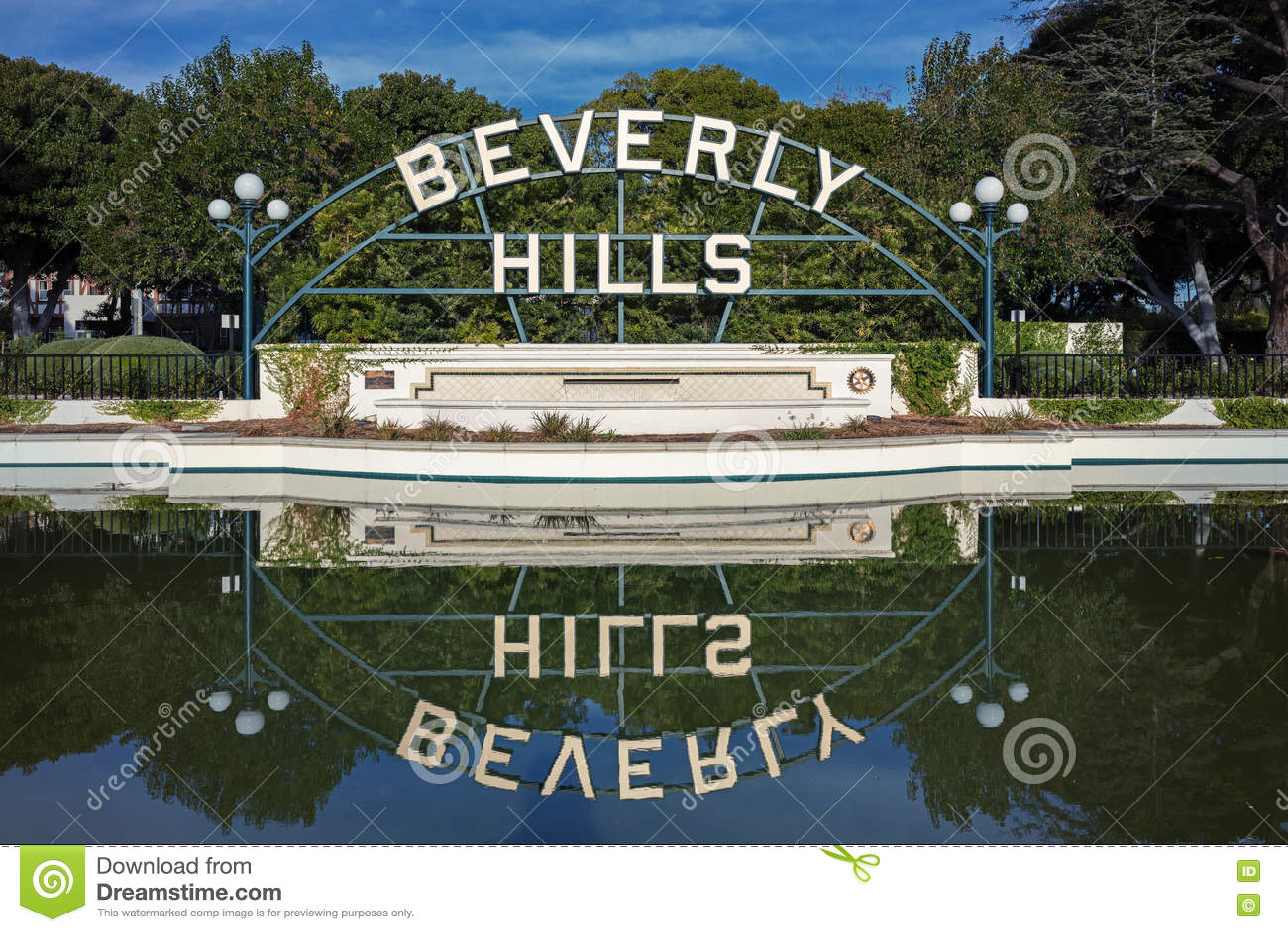 Beverly Hills Garden Park Sign che riflette sull acqua