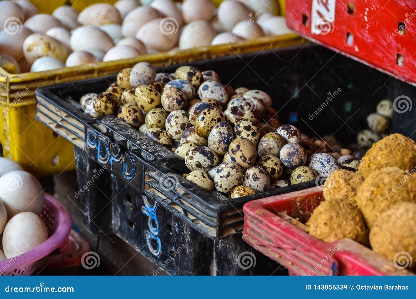 Bevlekte eieren voor verkoop in markt in Vietnam