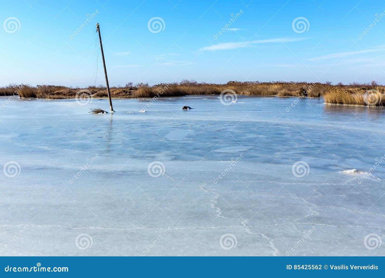 Bevroren lagune in noordelijk Griekenland