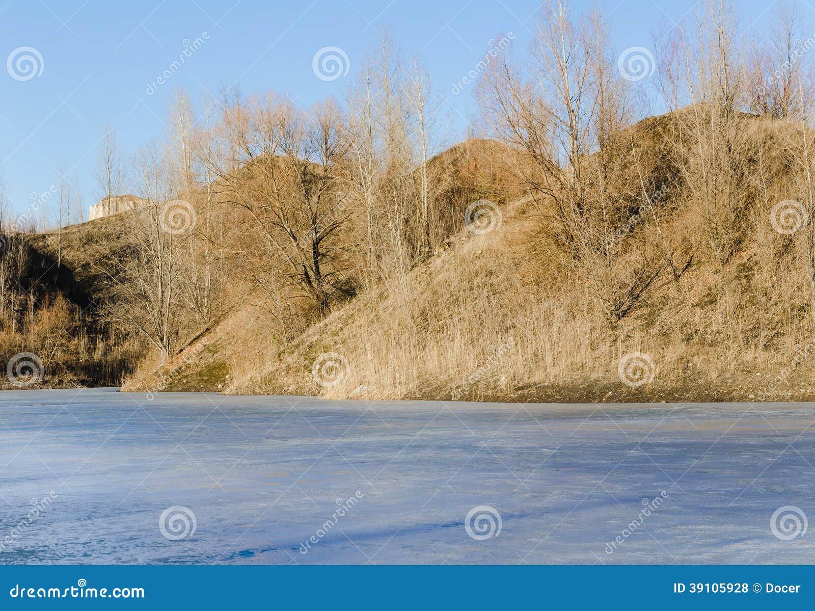 Bevroren meer in een bergenland