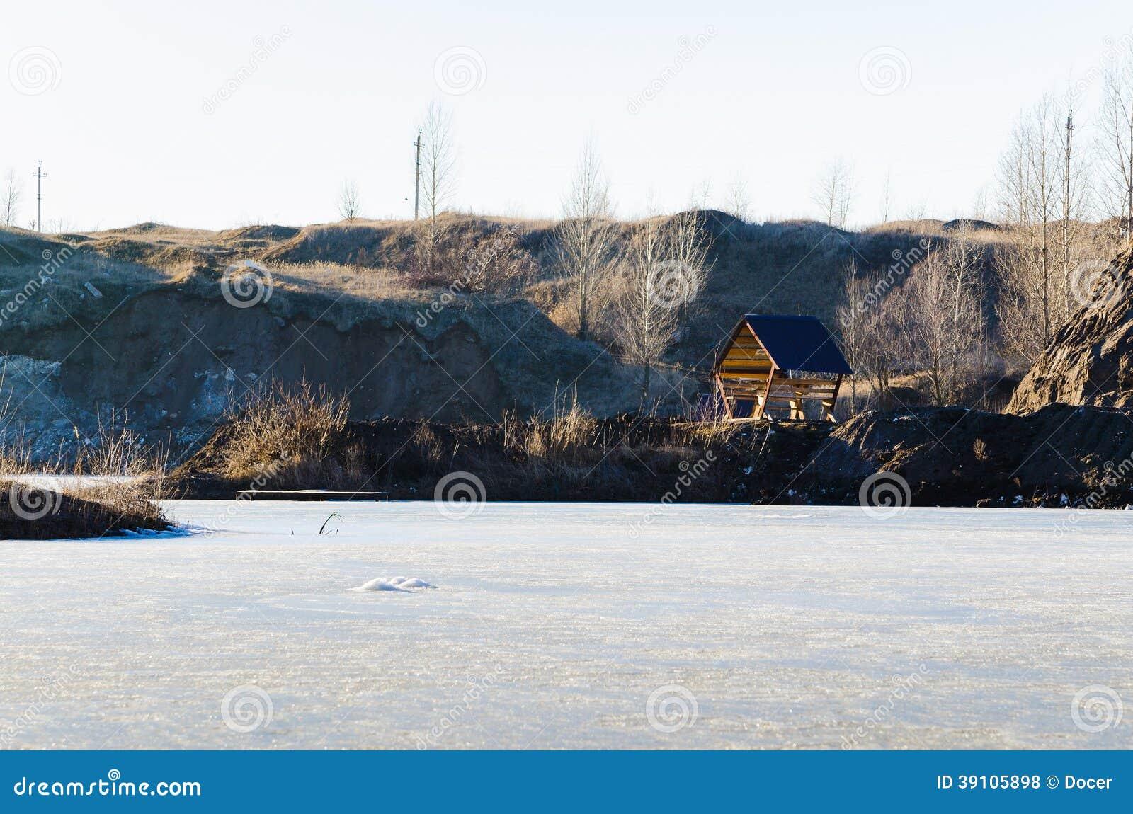 Bevroren meer met één huis in een bergland