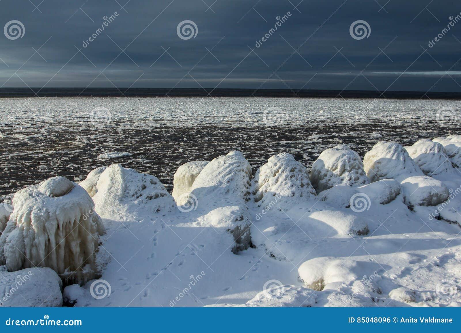 Bevroren over pijler in donkere hemel