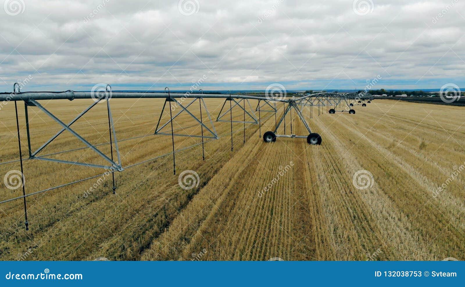 Bewässerungssystem zusammengebaut auf einem bebauten Feld stock video footage
