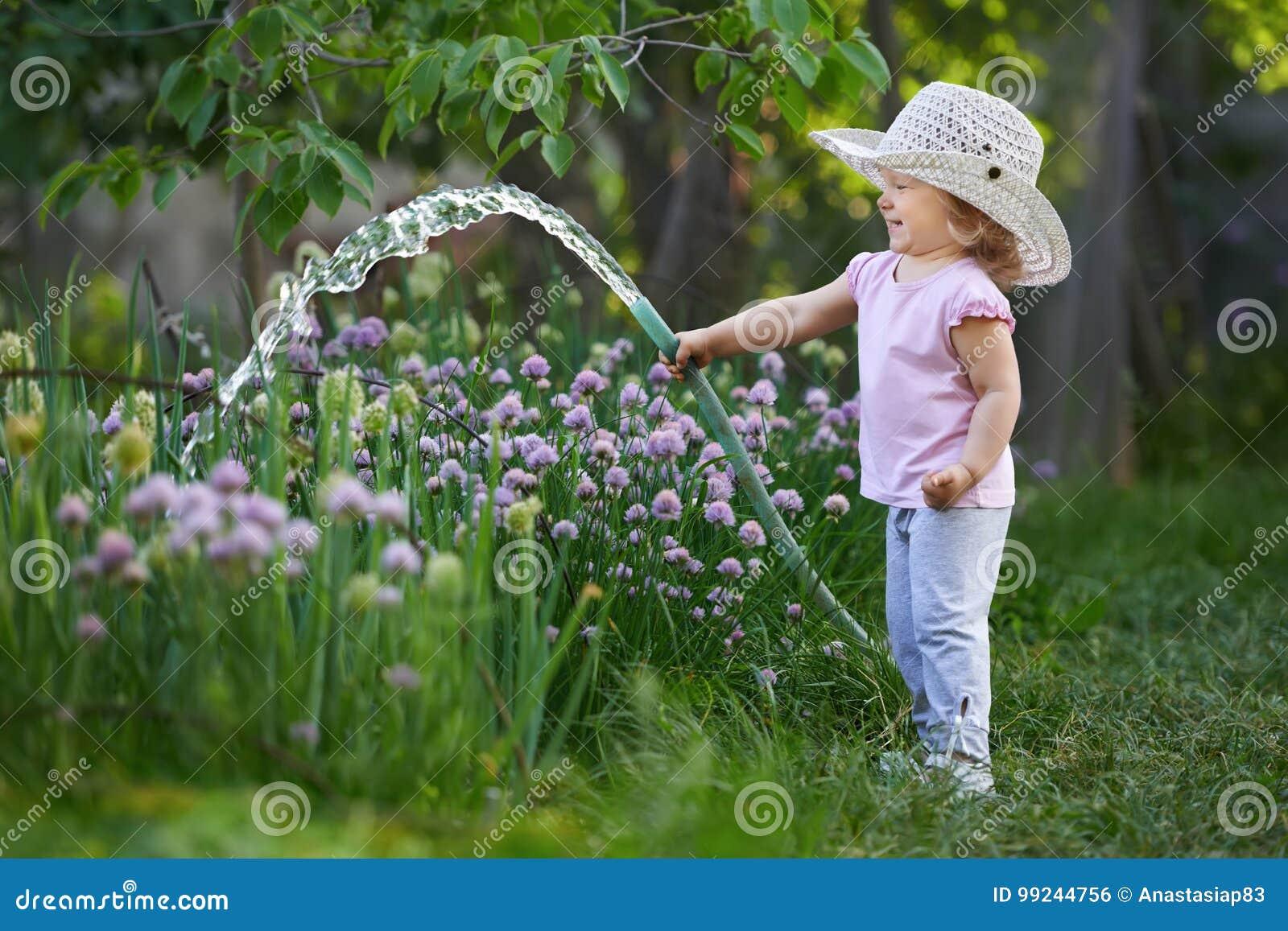 Bewässerungszwiebeln des kleinen glücklichen Gärtners