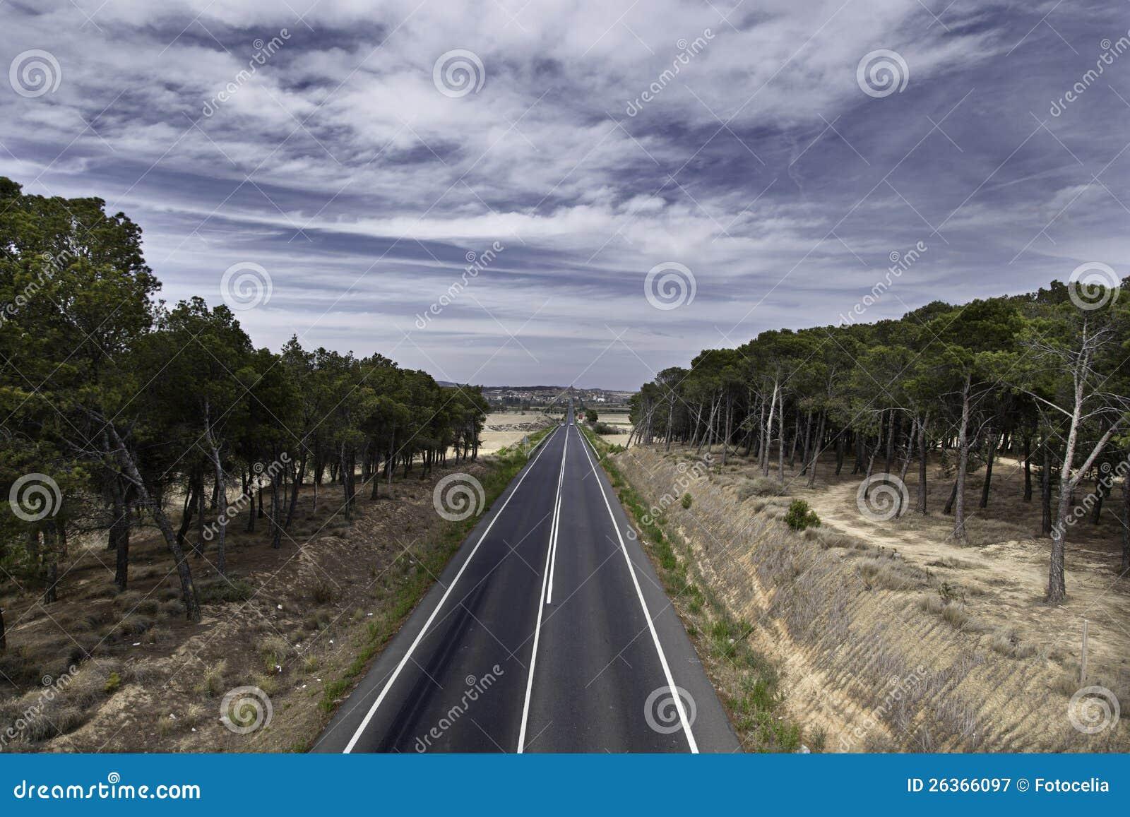 Bewölkte Landschaftsstraße