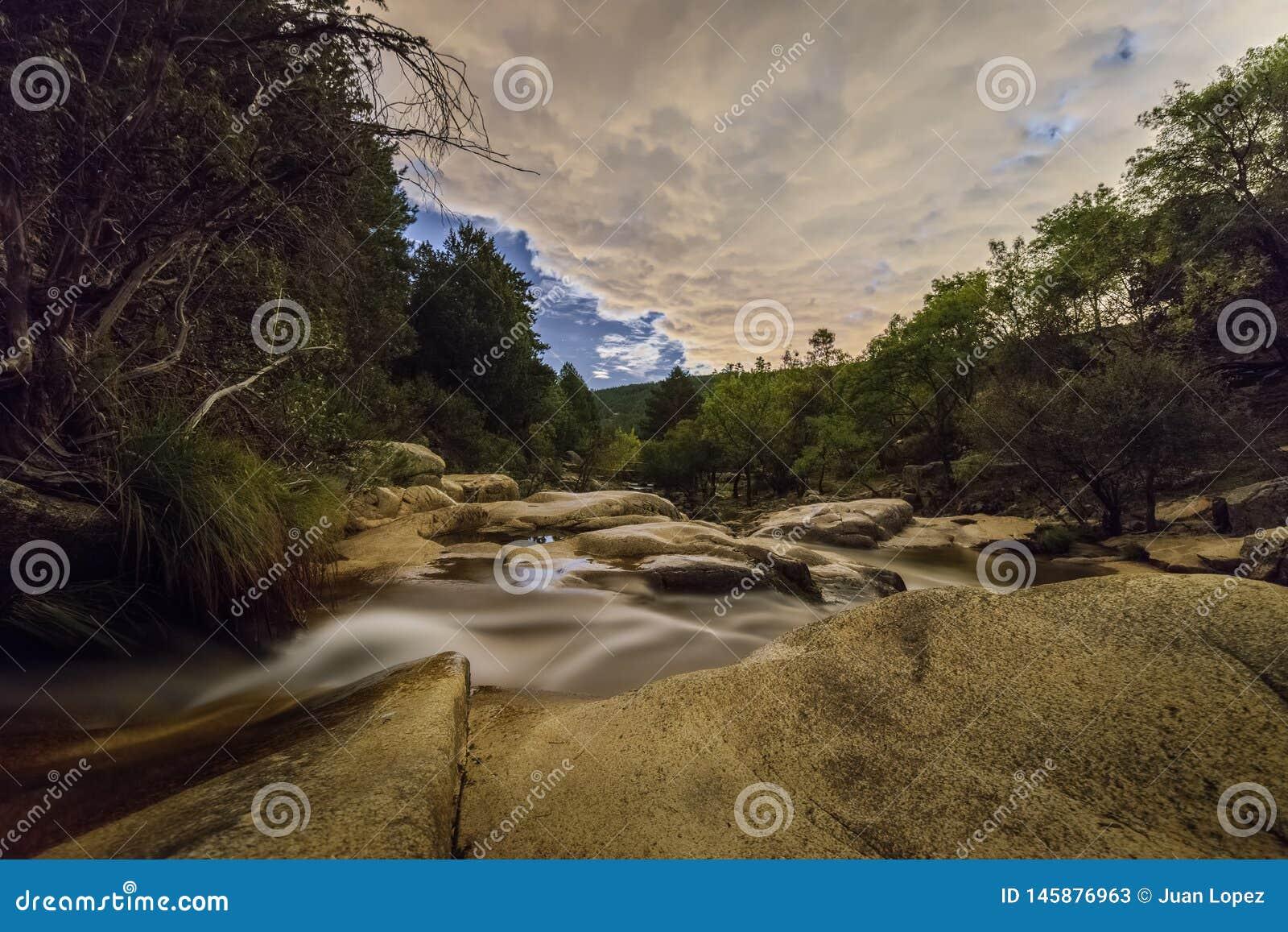 Bewölkte Nacht im Fluss
