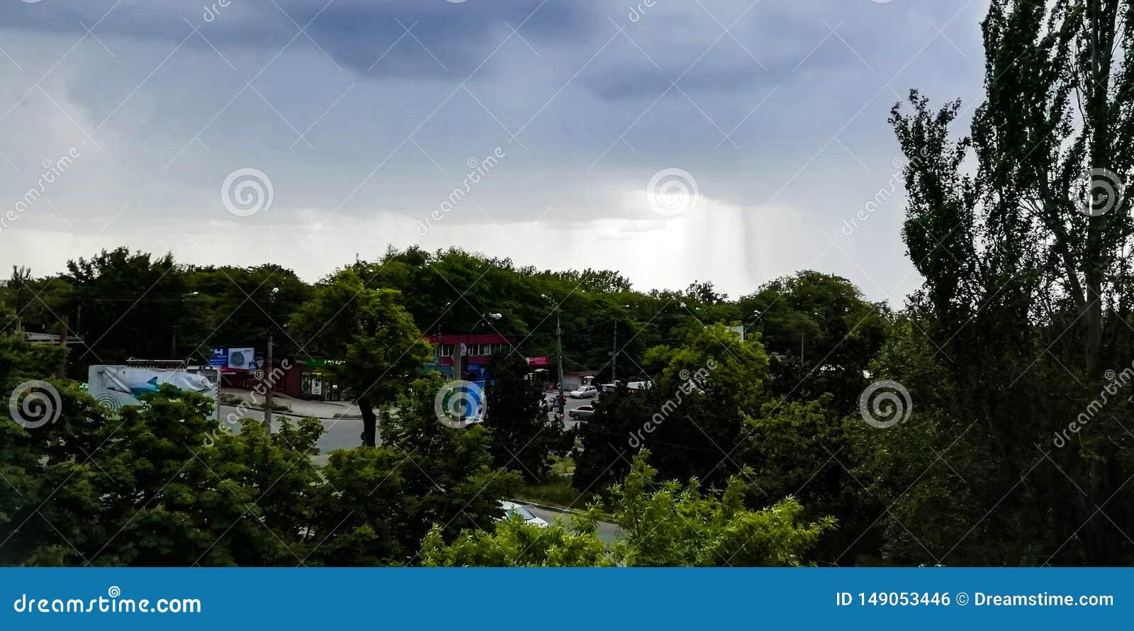 Bewölkter Himmel mit Bäumen und Straßenansicht