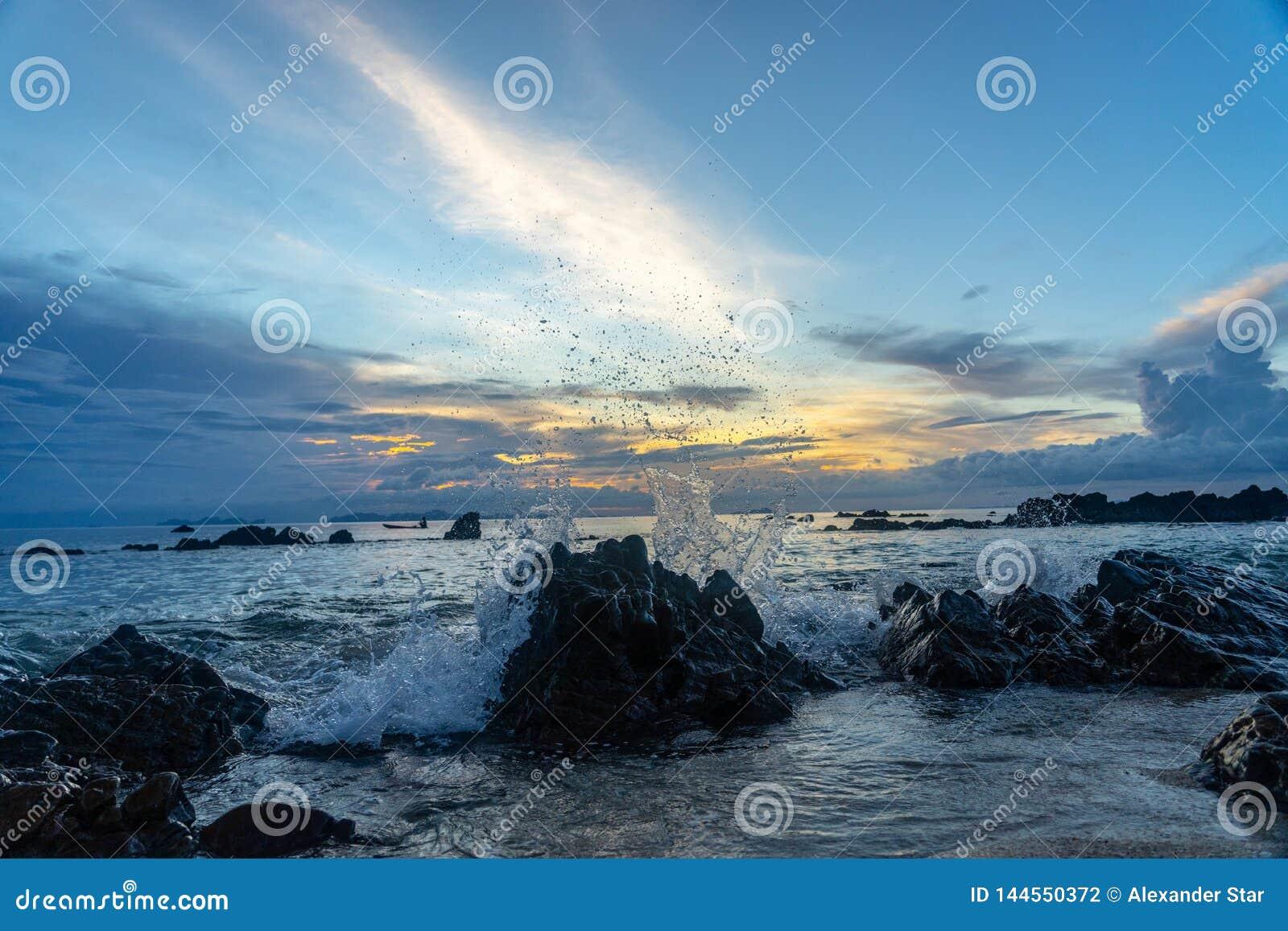 Bewölkter Himmel Thailand-Sonnenuntergangs in den Felsen