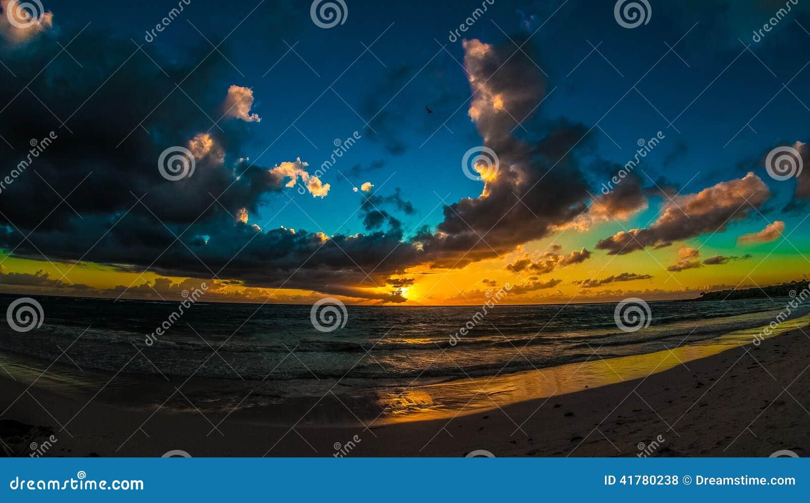 Bewölkter Sonnenaufgang über karibischem Meer