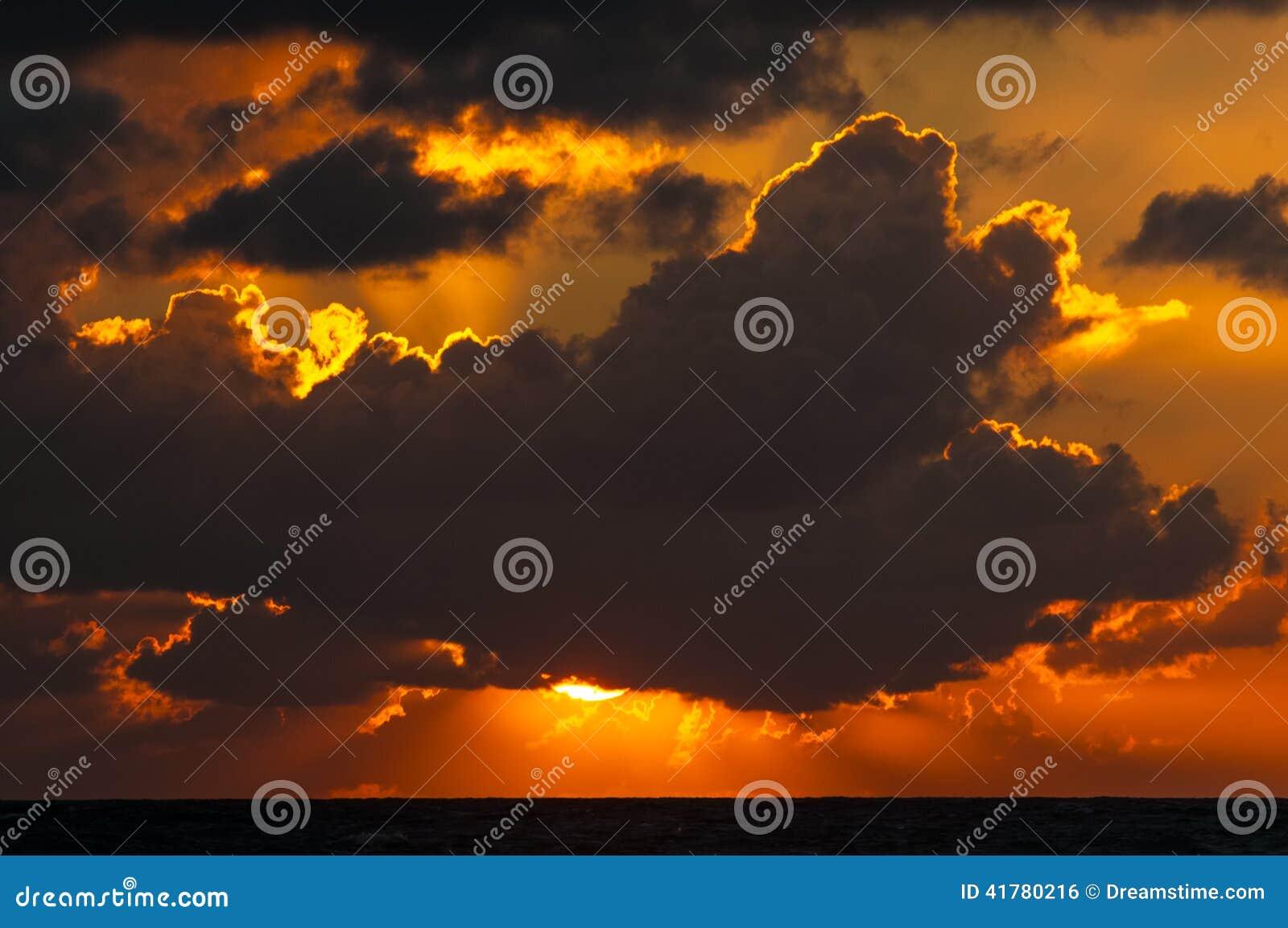 Bewölkter Sonnenaufgang