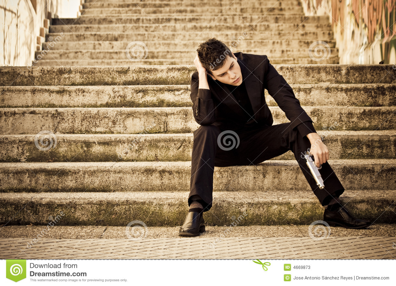 Bewaffneter Mann in den Treppen