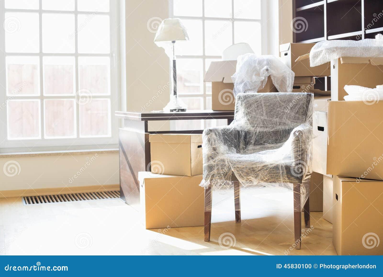 Bewegend dozen en meubilair in nieuw huis
