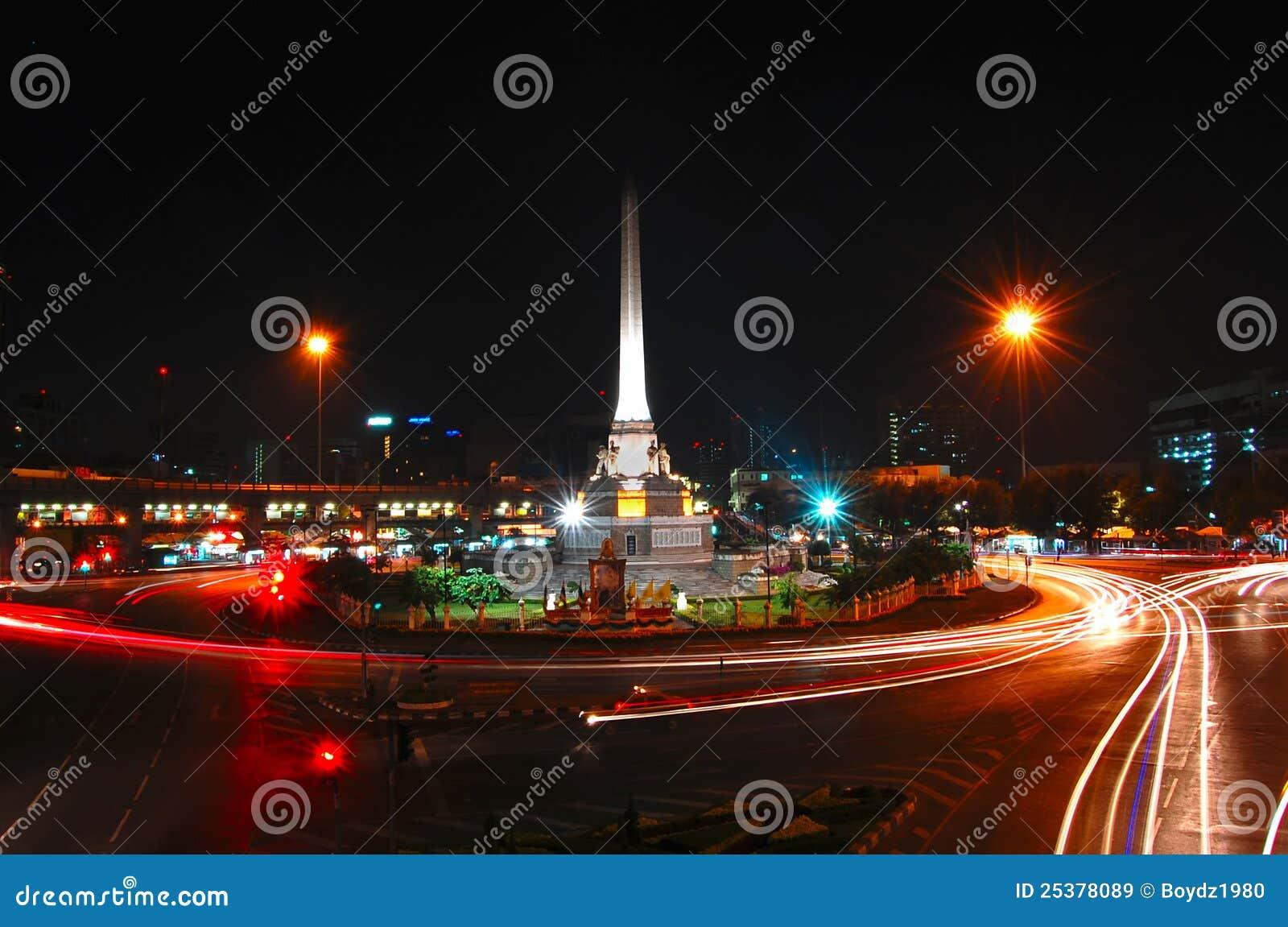 Bewegend licht bij het monument van de overwinning in bangkok stock afbeelding afbeelding - Moderne overwinning ...