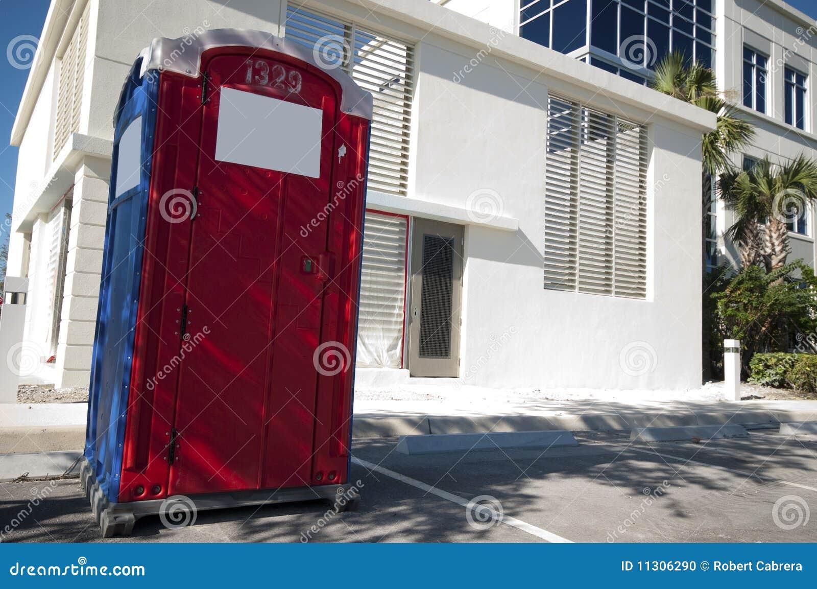 Bewegliche Toilette an der Baustelle