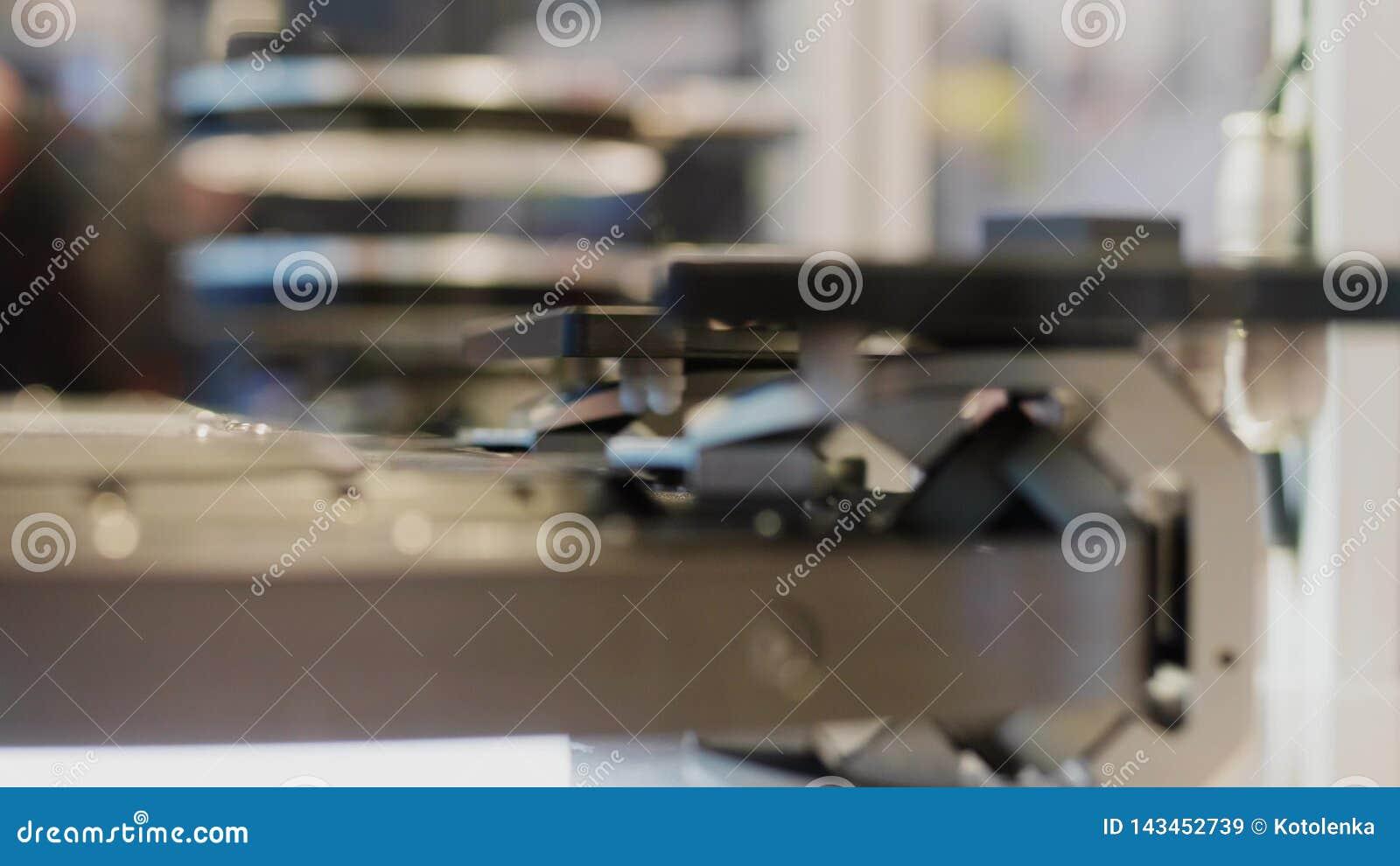 Bewegliches Förderband mit Details unter Scanner, Seitenansicht stock video footage