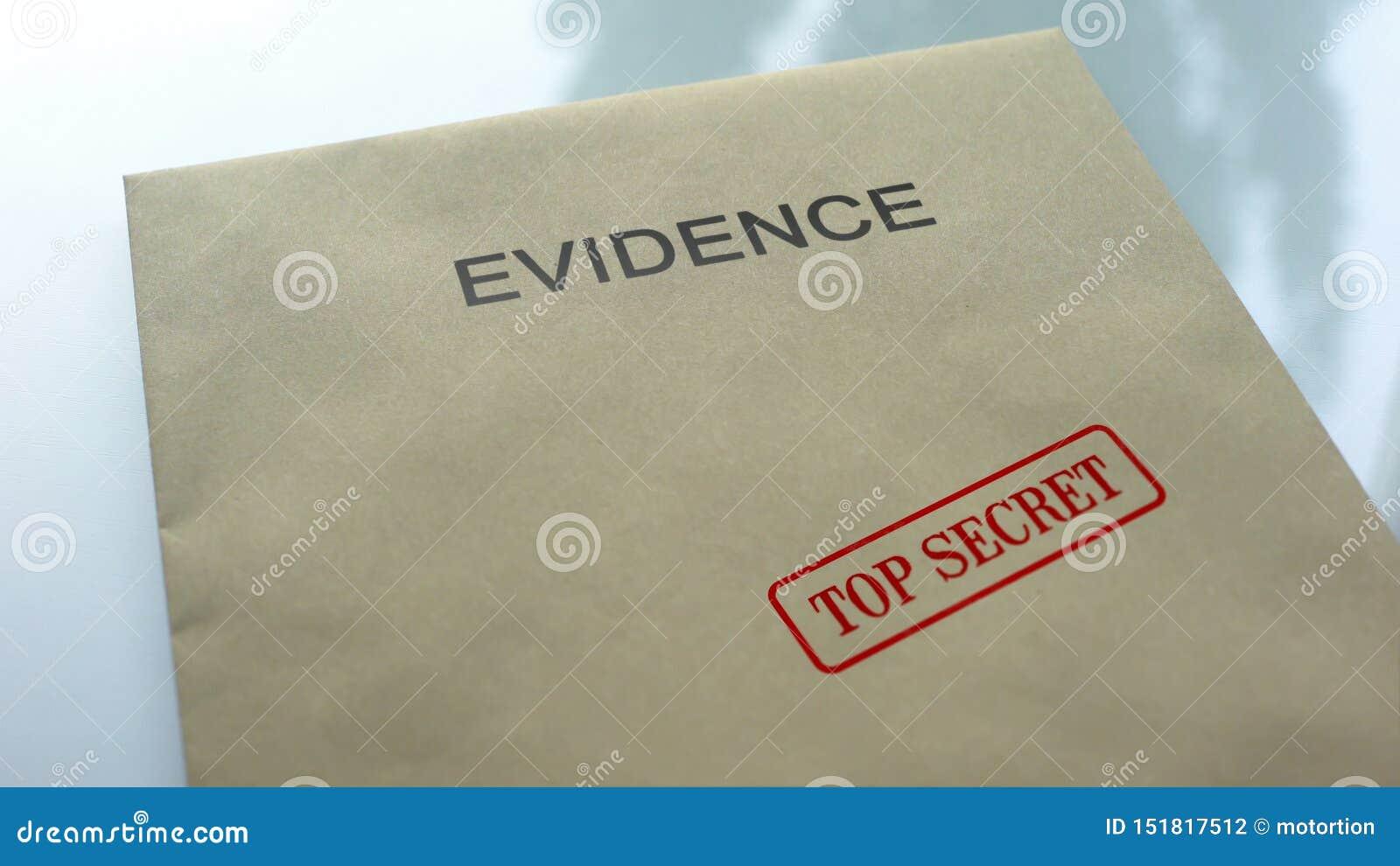 Bewijsmateriaalbovenkant - geheim, verbinding op omslag met belangrijke documenten wordt gestempeld, politie die