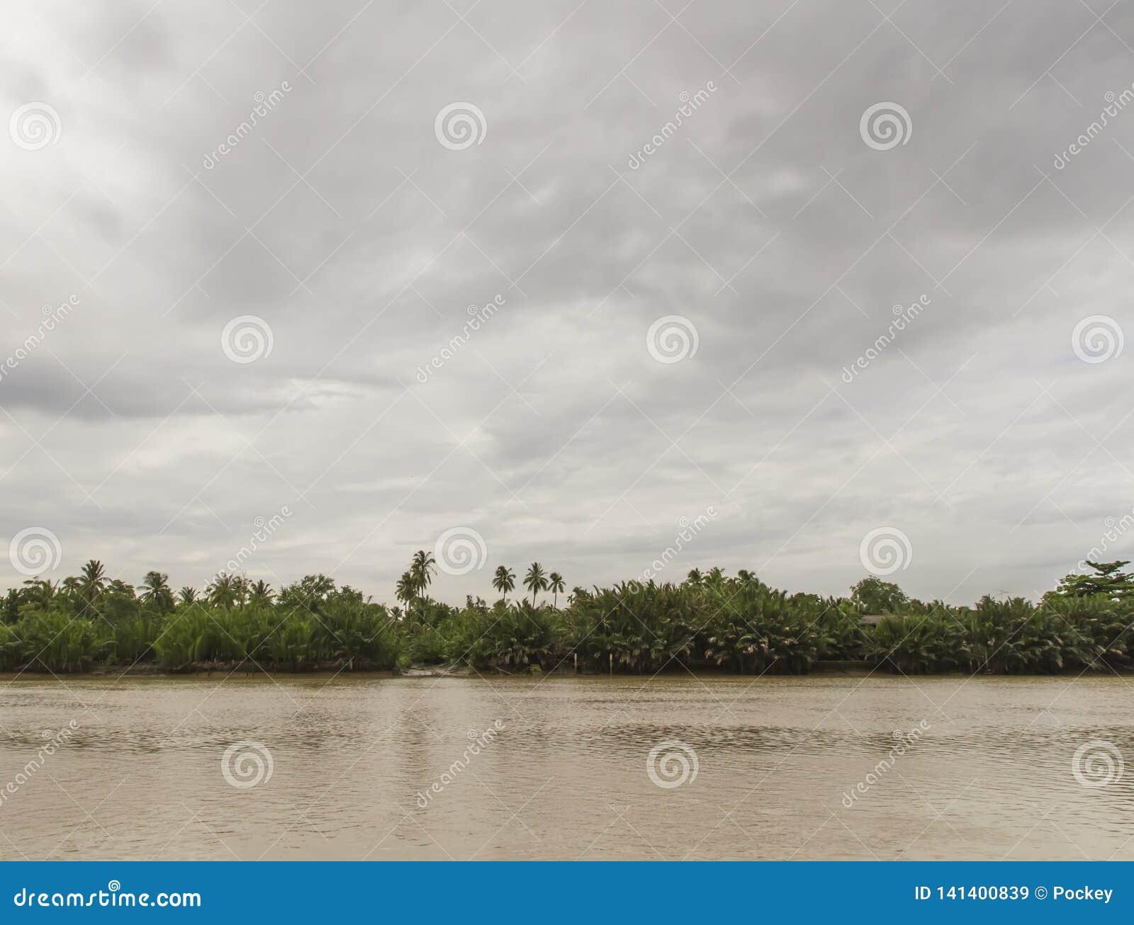Bewolking met een rivierscène