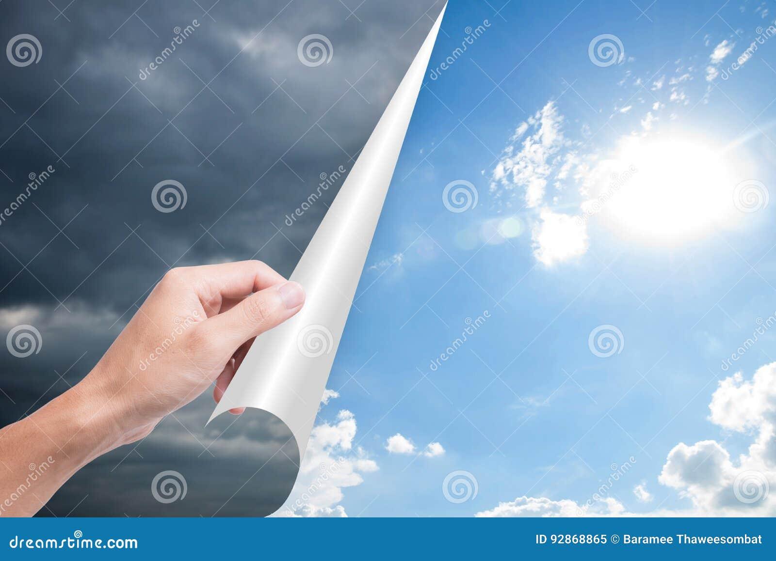 Bewolking van de hand de openingspagina voor heldere blauwe hemel