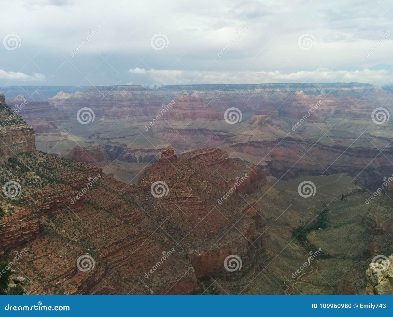 Bewolkt donker Grand Canyon -landschap